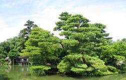 Kenrokuen有一个房子的庭院池塘返回的 免版税库存照片