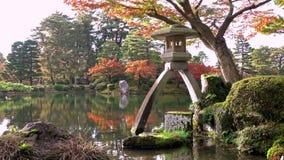 Kenrokuentuin tijdens momijiseizoen, Kanazawa-stad, Ishikawa-prefectuur, Japan stock videobeelden