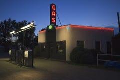 在黄昏读书气体的霓虹灯广告在Kensinger服务&供应 免版税库存照片