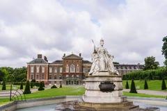 Kensington slott med drottningen Victoria Statue Arkivfoto