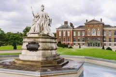 Kensington slott med drottningen Victoria Statue Arkivbild