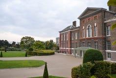 Kensingtonpaleis met een park dichtbij het Het Verenigd Koninkrijk Londen stock fotografie