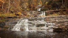 Kent Falls in Kent, Connecticut, in de herfst stock video