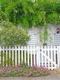 Kent-Häuschenblumen über Tür Stockfotografie