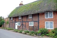 Kent met stro bedekte miauwenplattelandshuisjes royalty-vrije stock foto's