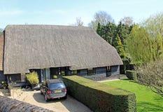 Kent rural a couvert le cottage de chaume Image stock