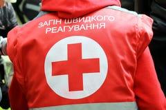 Kenteken van het Rode Kruis op het uniform van medisch personeel Stock Afbeelding