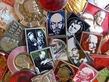 Kentekens van de USSR met het beeld van Vladimir Lenin ` s inzameling Faleristics Close-up Achtergrond Royalty-vrije Stock Foto's