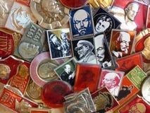Kentekens van de USSR met het beeld van Vladimir Lenin ` s inzameling Faleristics Close-up Achtergrond Stock Foto's