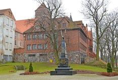 KENTShIN,波兰 方尖碑`记忆死了波兰人1939年- 1956年`和教会圣猬 免版税库存照片