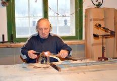 KENTShIN, POLEN De mannelijke glasventilator verwarmt glasvoorbereiding op het gasfornuis Fabriek van Kerstboomdecoratie Royalty-vrije Stock Fotografie