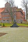 KENTShIN, POLSKA Obelisku ` wspominki umierali słupy 1939, 1956 - ` przeciw tłu kościół St jeże Zdjęcie Royalty Free