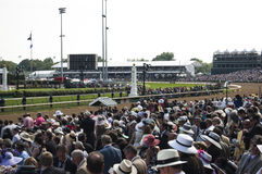 Kentucky Derby Crowd på Churchill Downs i Louisville, Kentucky USA Fotografering för Bildbyråer