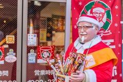 Kentucky Fried Chicken eller KFC i Japan garnering i jultomtenorsak i vinterjul kryddar befordran arkivfoton