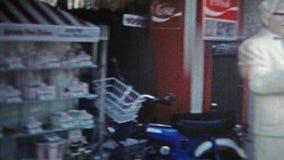 1973: Kentucky Fried Chicken (KFC) met het gerangschikte standbeeld van kolonelschuurmachines het leven stock videobeelden