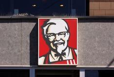 Kentucky Fried Chicken KFC Podpisuje na budynku KFC jest fasta food Restauracyjnym łańcuchem który specjalizuje się w pieczonym k Zdjęcie Stock