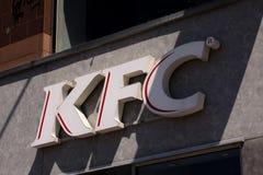 Kentucky Fried Chicken KFC Podpisuje na budynku KFC jest fasta food Restauracyjnym łańcuchem który specjalizuje się w pieczonym k Zdjęcia Royalty Free