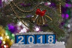 Kenwijsjeklokken met rode boog en kralenversiering voor 2018 stock foto's