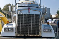 Kenworth KW Semi truck - grill Royalty Free Stock Photography