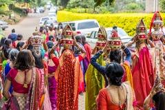 kenya Nairobi Sierpień 14 2017: Tradycyjny indianin pre poślubia rytuał - Jaggo ceremonia odosobniony tylni widok biel Fotografia Stock
