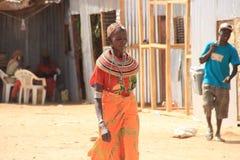 Kenyan Frau vom Samburu-Stamm bezogen auf dem Masaistamm im nationalen Schmuck lizenzfreie stockbilder