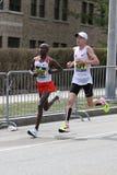 Kenyan Geoffrey Kirui del battito Galen Rupp del Kenya di U.S.A. con un momento del 2:09 37 durante Boston il 17 aprile 2017 mara fotografia stock libera da diritti