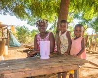 Kenyan Giriama-landbouwersmoeder met twee kinderen royalty-vrije stock afbeeldingen