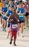 Kenyanfrau am Singapur-Marathon 2008 Lizenzfreie Stockfotos