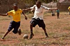 Kenyankerl, der Fußball spielt Lizenzfreie Stockbilder