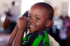 Kenyankind an der Kirche Stockbild