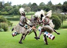 Kenyanleute, die traditionellen afrikanischen Tanz durchführen Lizenzfreies Stockfoto