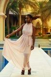 Kenyansk kvinna i en lång klänning royaltyfri foto