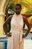 Kenyansk kvinna i en lång klänning royaltyfri bild