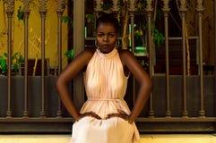 Kenyansk kvinna som sitter nära staketet royaltyfri foto