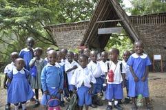 Kenyanska skolbarn som besöker Haller, parkerar i Mombasa Arkivfoton