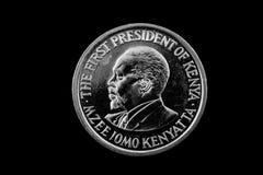 Kenyanskt ett shillingmynt på svart Royaltyfri Foto