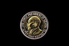 Kenyanskt fem shilling mynt på svart Royaltyfri Foto
