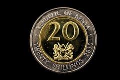 Kenyanskt tjugo shilling mynt som isoleras på svart Royaltyfria Foton