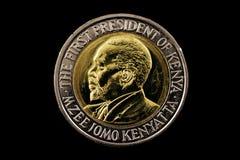 Kenyanskt tjugo shilling mynt som isoleras på svart Royaltyfria Bilder