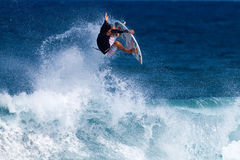 Keoni Jones surfant au point rocheux en Hawaï image libre de droits