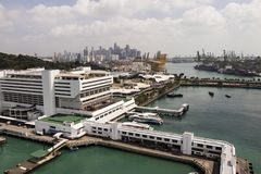 KEPPEL FJÄRD, SINGAPORE, December 10 2017: Marina på den Keppel fjärden i Singapore Arkivbild