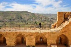 KERAK, JORDÂNIA: O castelo de Kerak que negligencia o vale fotos de stock