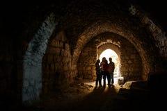 KERAK JORDANIEN - November 2009: En liten grupp av turister i en kammare på den Kerak slotten i Jordanien royaltyfria foton