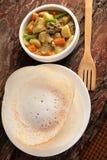 Kerala Appam cocina-suave sirvió con el guisado caluroso del cordero Foto de archivo libre de regalías