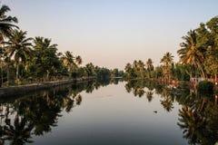 Kerala avkrokar på solnedgången, från Kollam till Alleppey, Kerala, Indien royaltyfri bild
