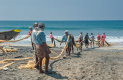 KERALA, INDIA - Januari, 17: Traditionele visserij in Zuidelijk Ind. Royalty-vrije Stock Foto's