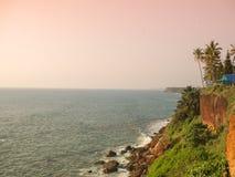 Kerala, India Varkalastrand bij zonsondergang royalty-vrije stock foto's