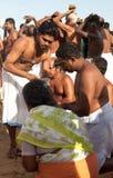 KERALA - JULI 30: Een Hindoese priester leidt een ritueel Stock Foto
