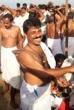 KERALA - JULI 30: Een Hindoese priesterglimlachen Stock Fotografie