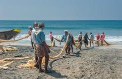 KERALA, la INDIA - enero, 17: Pesca tradicional en el Ind meridional Fotos de archivo libres de regalías